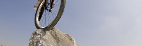 extreme-sport-fotografie-rick-akkerman-kenny-belaey-trial-biker-9-voudig-wereld-kampioen-bike-achtertuin-rotsen-mountainbiker-fietser