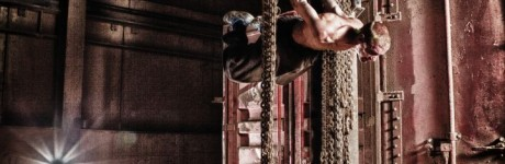 extreme-sport-fotografie-rick-akkerman-parkour-freerunning-freerunner-tracer-traceur-fabriek-verlaten-urbex-urban-exploring-sprong-hangen-portret