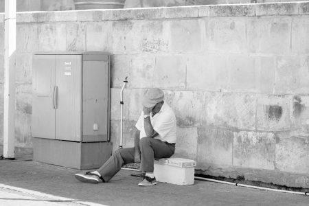 man-denkend-straat-fotografie-rick-akkerman
