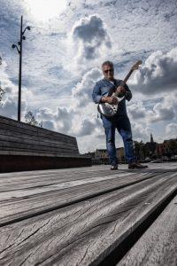 man-gitaar-steiger-alkmaar-fotografie-rick-akkerman