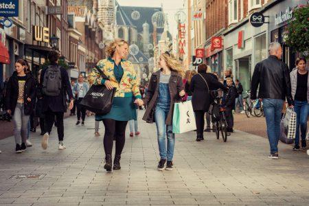 moeder-endochter-shoppen-alkmaar-rick-akkerman-fotografie