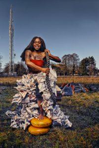 campagnebeeld-karavaan-meisje-met-kranten-rick-akkerman-fotografie