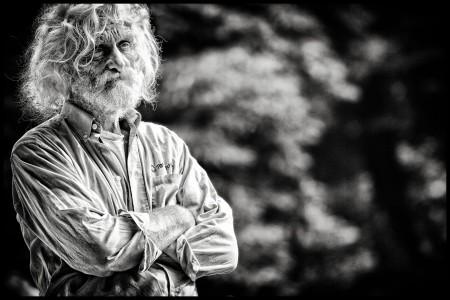 rick-akkerman-fotografie-man-markante-kop-podium-onder-de-boom-alkmaar-de-hout