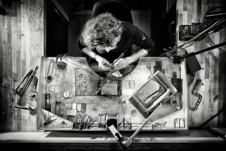 zakelijke-fotografie-metal-art-goudsmid-joeri-dijkman-werkend-van-boven-rick-akkerman-fotograaf
